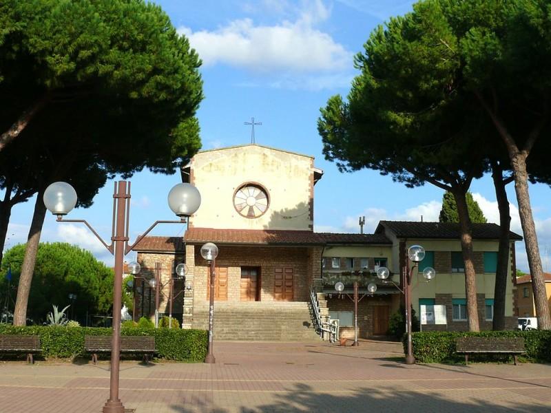 Piazza davanti la chiesa di San Bernardo Abate a Donoratico