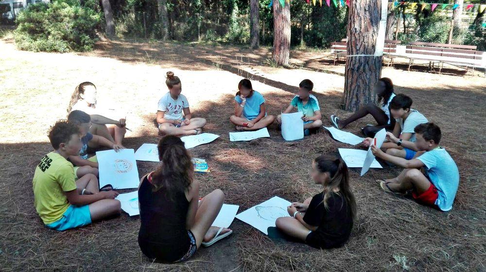 Gruppo di ragazzi durante un momento di riflessione